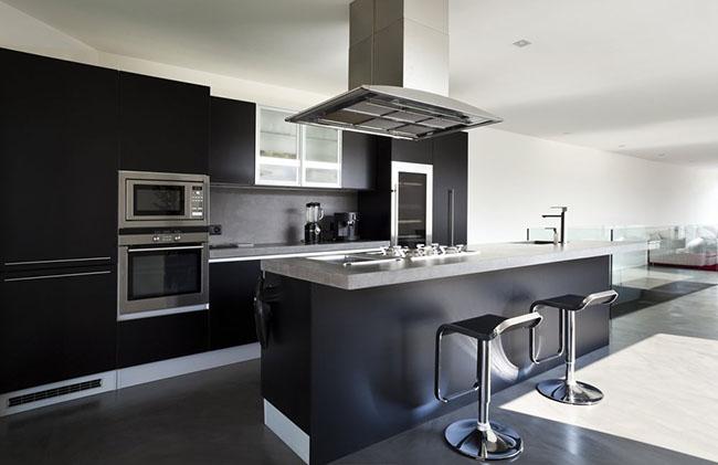 Cozinha chique decorada em aço inox e com decoração em preto e branco