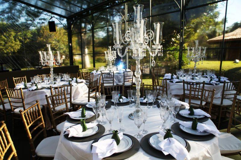 Uma situação em que os castiçais caem muito bem é na decoração de mesas de casamento