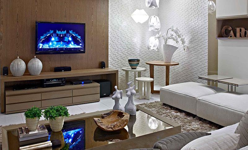 Sala de estar decorada com diversas mesas de canto