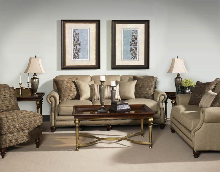 Decoração de sala de estar com mesas de canto e com quadros decorativos
