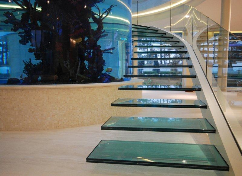 Degraus de vidro laminado em escada com patamares em balanço