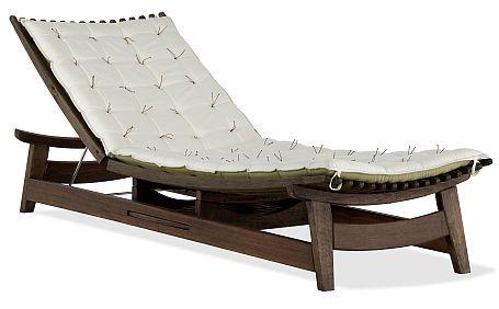 Cadeira Pacific Chair, premiada pelo design, para a borda da piscina