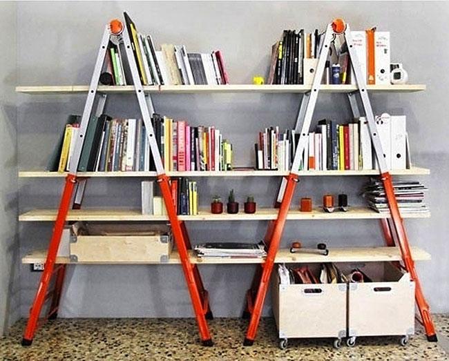 Estante rústica improvisada usando escadas como suporte e prateleiras de madeira