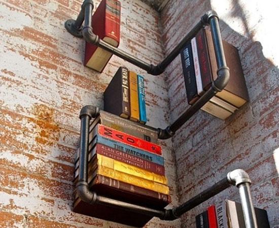 Outra ideia interessante podem ser as estantes que ocupem cantos ou de materiais alternativos, como essa feita em canos de metal