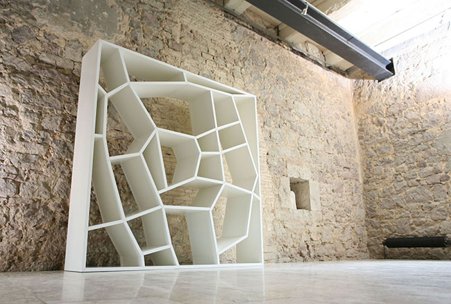 Aposte também em formatos diferentes e contemporâneos de estantes para livros