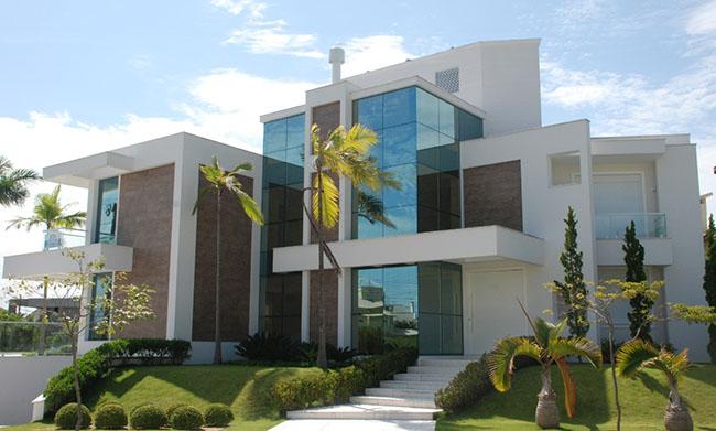 Vedação em vidro laminado em fachada de casa moderna