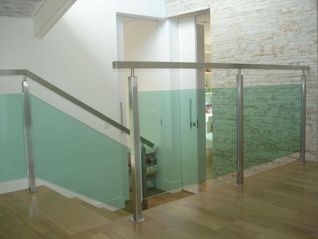 Guarda corpo de vidro em escada residencial