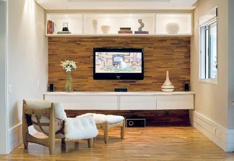 parede de sala de estar revestida em madeira filetada