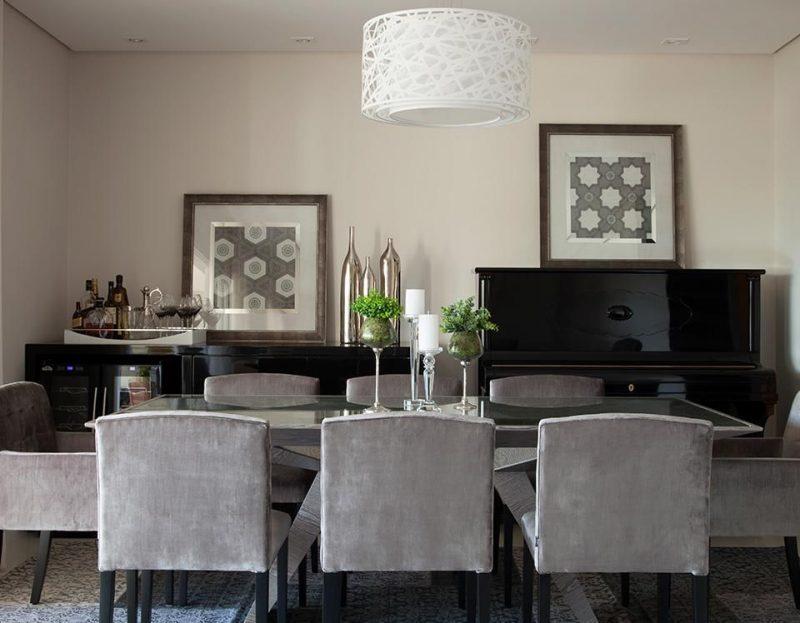 Mesa de sala de janta composta por castiçais