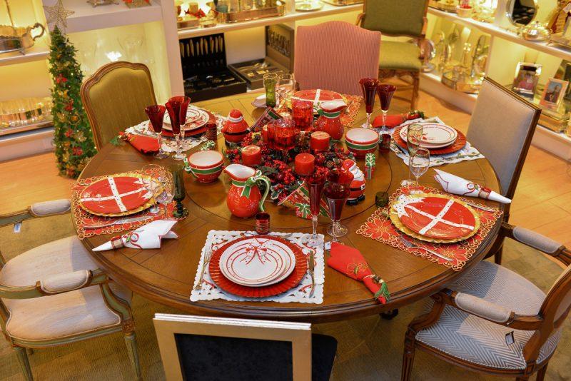 Composição de decoração natalina com castiçais