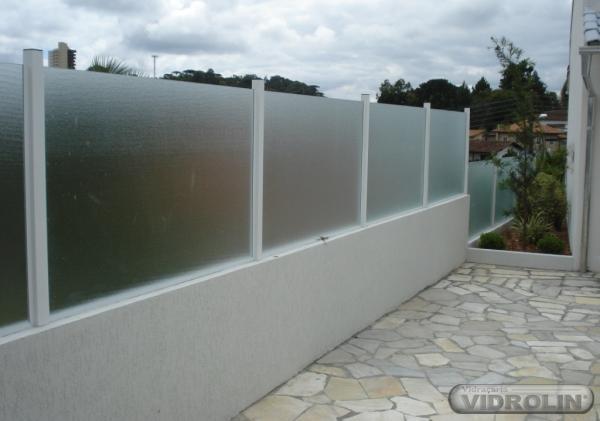 Muro residencial com vidro jateado
