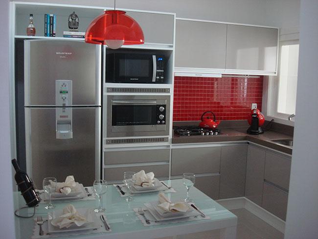 Cozinha de inox revestida com pastilhas de cerâmica vermelhas