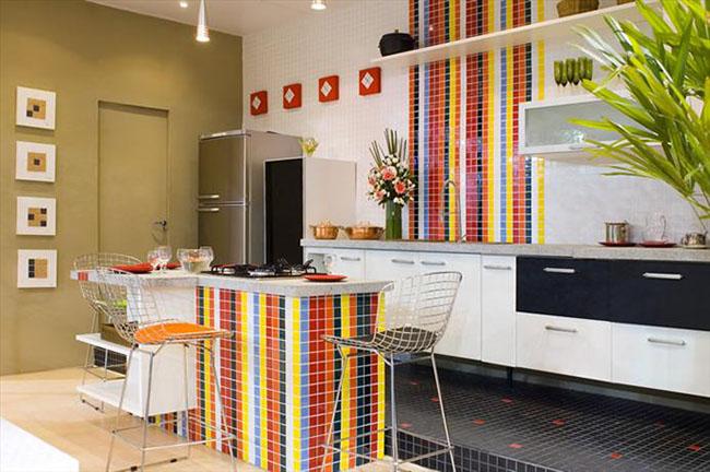 Cozinha decorada com pastilhas de cerâmica de diversas cores