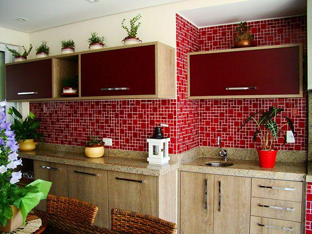 Decoração de cozinha com pastilhas de vidro vermelhas