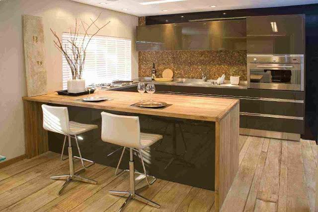 Pastilhas para cozinha de vidro em tons de madeira