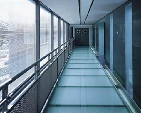 Piso de vidro laminado em corredor de casa moderna
