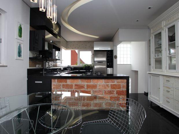 Piso porcelanato ajuda a compor a decoração de cozinha preta