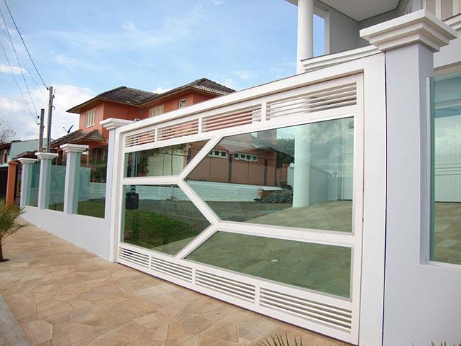 Os vidros de alta resistência em cercas de vidro podem ser mesmo usados para revestir e preencher portões