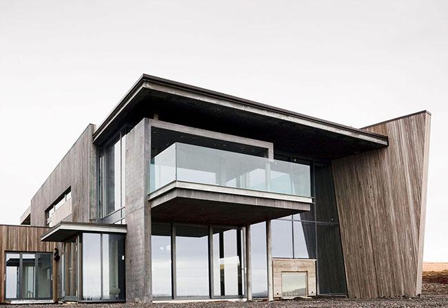 Projeto de casa moderna com fachada de vidro e sacada com pano de vidro inteiriço