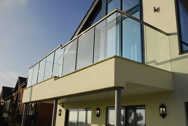 Saca de vidro simples em fachada de casa