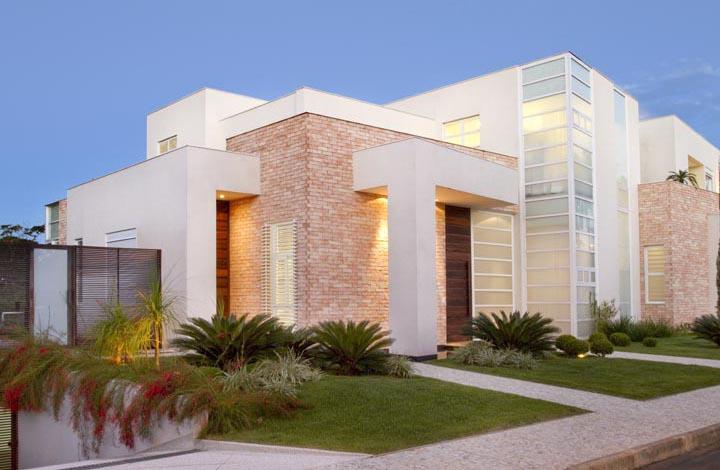 Telhado embutido em casa moderna possui forte apelo estético, mas algumas desvantagens contrutivas