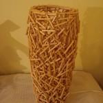 Luminária artesanal de pedaços de madeira colados