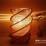 Luminária de palitos de madeira empilhados