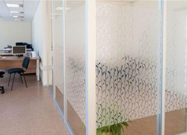Adesivo jateado em divisórias de vidro de escritório
