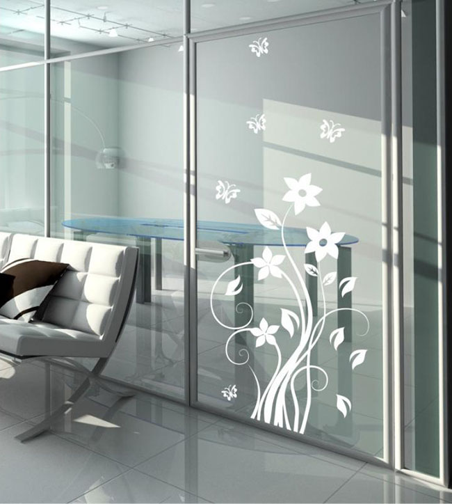 Adesivo em divisória de vidro de escritório
