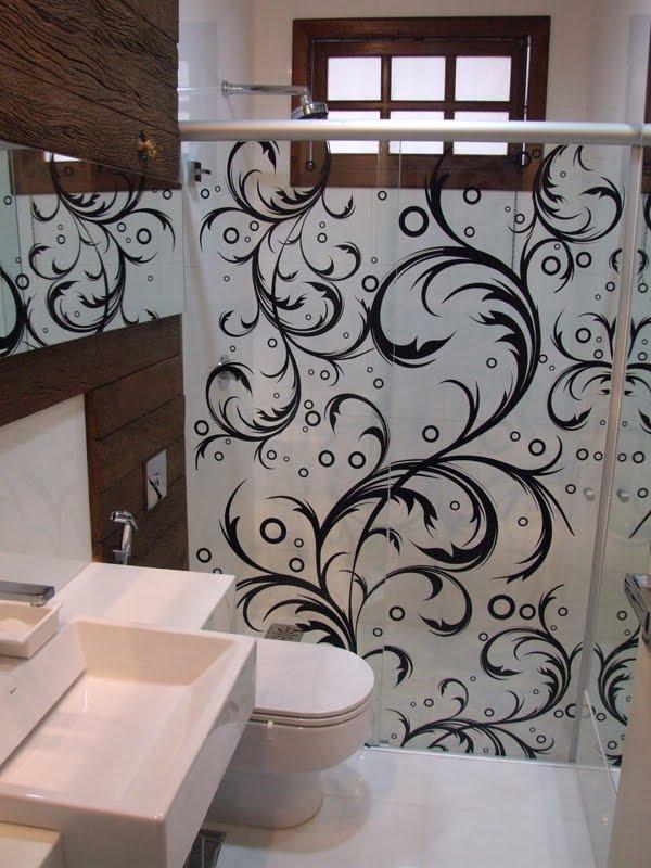 padrão criado em adesivo, complementando a decoração de banheiro residencial