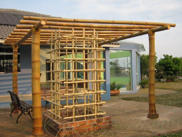 Pergolado que acompanha tela de bambu, usada para conduzir as trepadeiras plantasdas