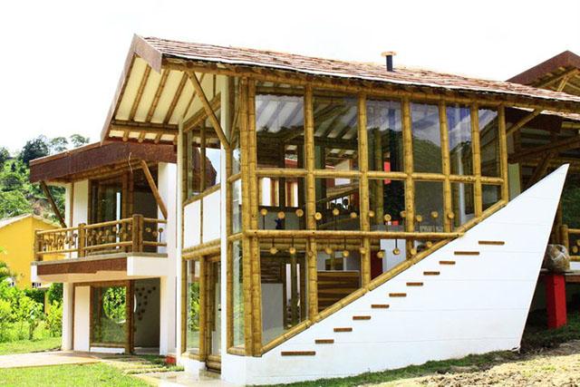 Casa com fachada de vidro em bambu