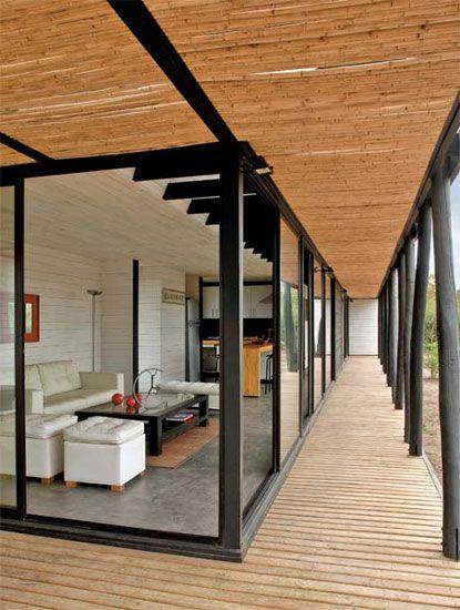 Casa contemporânea com forro de bambu