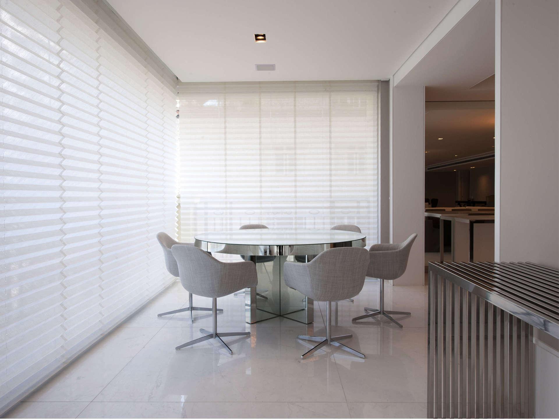 As cortinas plissadas podem mesmo cobrir grandes vãos, como nesse caso em que fecham paredes de vidro de uma residência