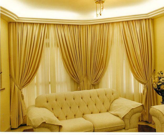 Outra ótima dica para a sala de estar são as conchegantes cortinas amarelas prontas