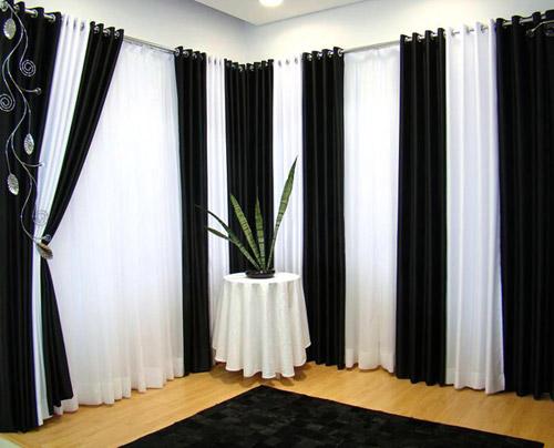 Uma dica legal para a decoração são as cortinas preto e branco para deixar o ambiente elegante