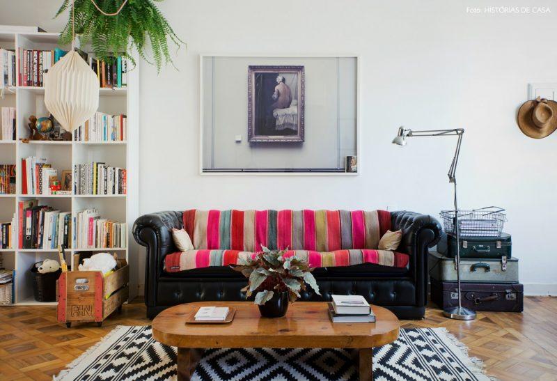 Manta colorida para sofá em cores escuras