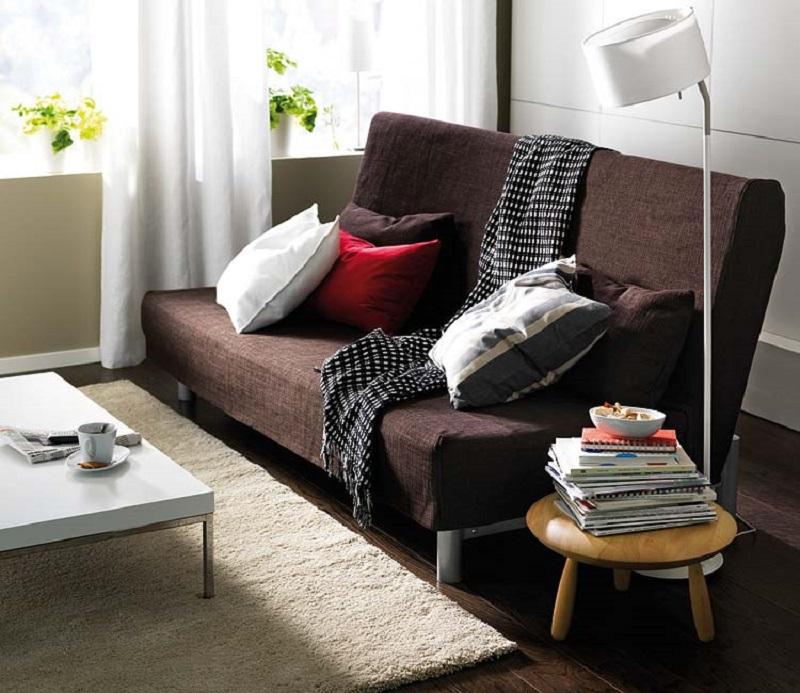 Manta preta e branca em sofá marrom