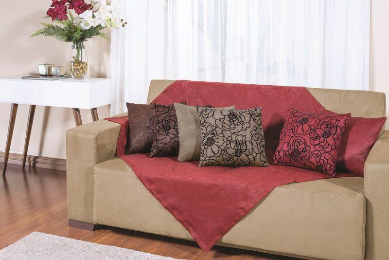 Manta para o sofá lisa em tecido vermelho escuro