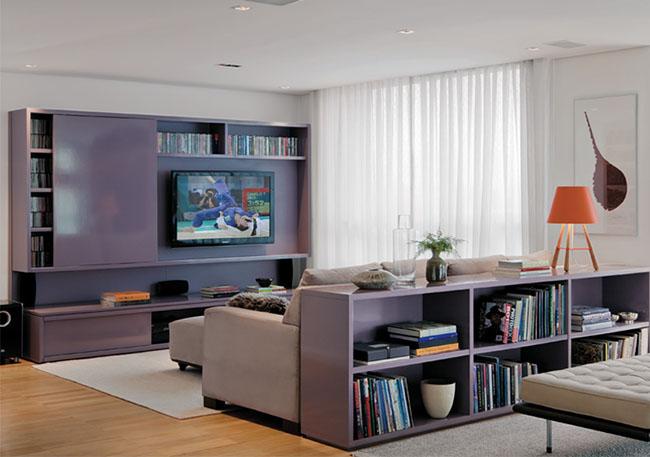 Estantes para livos são mobiliário clássico em salas de estar, e podem ser usadas para criar nichos na decoração