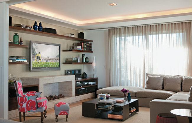 E claro, a lareira, um elemento clássico na decoração que deixa o ambiente muito mais elegante.