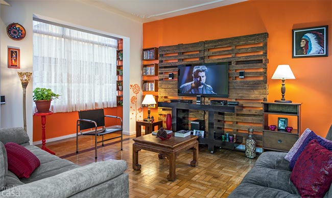 Na decoração de salas de tv, é importante que os móveis estejam dispostos de maneira a tornar a TV o ponto focal do ambiente