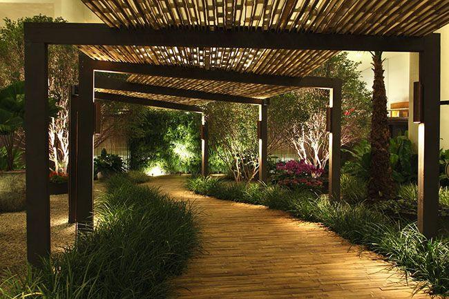 Uma maneira super criativa e contemporânea de usar a pergola de bambu é para a cobertura de caminhos