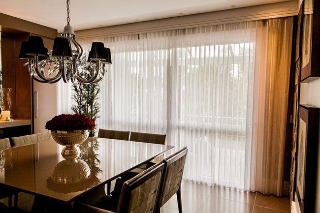 Uso da persiana vertical em ambiente residencial em sala de jantar
