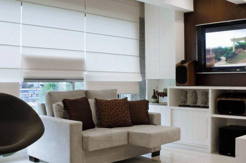 Cortina Romana no fechamento completo de esquadria da sala de estar