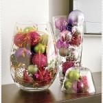 Enfeites coloridos dão mais vida a sala de estar nos vasos de vidro