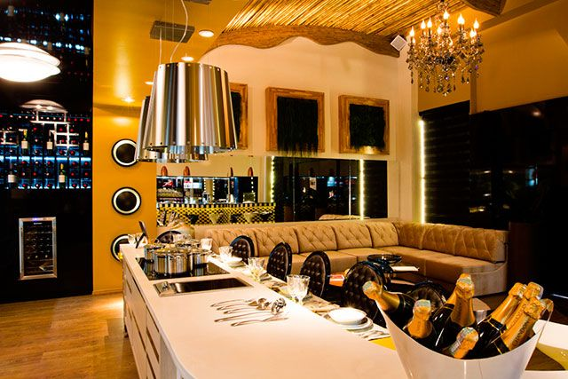 Linda bancada de bar na sala decorada e mobiliada para várias pessoas