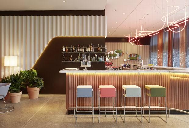 #474320 Barzinho para sala Projetos de Bar para Sala 620x419 píxeis em Bar Moderno Para Sala De Estar