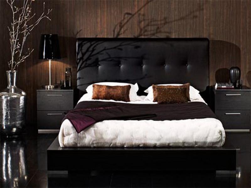 Estofado de couro preto em cabeceira de cama moderna