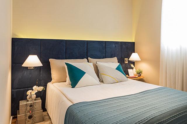 Cabeceira estofada em tecido azul escuro para cama de casal